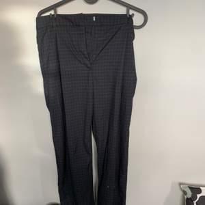 Fina kostymbyxor i mörkblå/ rutigt i fint skick från weekday