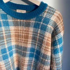Så fin rutig blå/brun stickad tröja från Sandro Paris. Sparsamt använd, köpt i Stockholm på Sandro affären för ca 3000. Säljer pga att den tyvärr inte kommer till användning längre💕💕 Färgerna var svåra att få bra på bild för mer bilder skriv privat💖💖