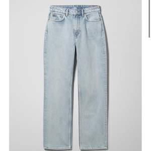 Säljer mina jeans från weekday (voyage high straight jeans) för råkade klicka hem i fel färg, endast använda 1 gång så varan är i mycket gott skick! Köptes för 500kr men säljer för 125kr! (Köparen står för frakt, spårbar✌️) W 26 L 30