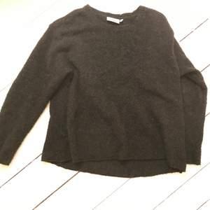 grå stickad tröja, jätteskön och jättebra kvalite! från weekday 500/600kr. står xs men den är oversized