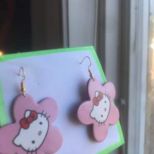 rosa trendiga hello kitty örhängen som jag gjort själv💓💓  kontakta mig privat💘