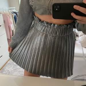Säljer min sjukt coola silvriga glitterkjol från Zara, använd 1 gång , superfint skick! 🤩 den har även shorts inuti vilken är väldigt bekvämt!                               Buda i kommentarerna