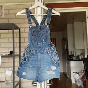 Korta jeans hängselbyxor som inte används i storlek 34⭐️