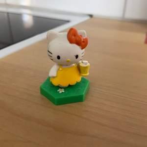 En liten söt samlarfigur av Hello Kitty 🥰✨ Väldigt söt o y2k stil, perfekt att ha på en liten hylla nånstans 💖🌸 I perfekt skick!
