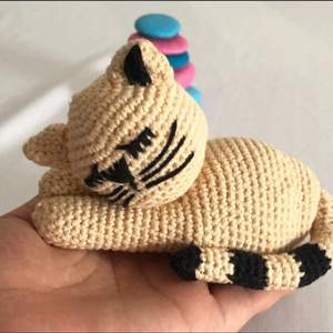 En handsydd katt som gossedjur eller leksak