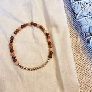 Armband med 4 mm små kristallpärlor av röd jaspis, rosa aventurin och röd leopardjaspis 💎 Rundslipade stenar trädda på elastisk tråd. Ca 16 cm omkrets.  Skickas i vadderat kuvert via postnord.