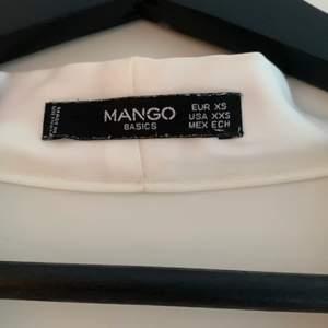 En vit blus i jätteskönt material från Mango i storlek XS. Knappt alls använd så är i jättefint skick! Köparen står för frakt