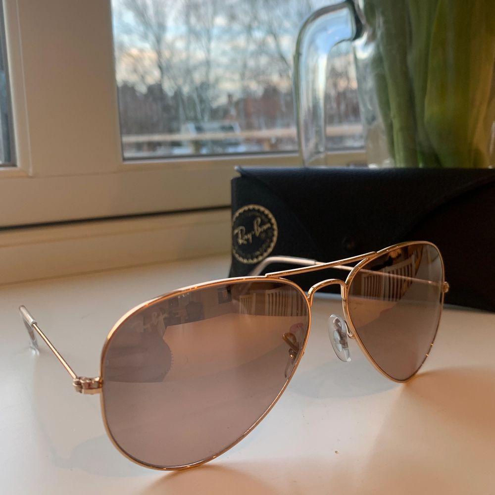 Superfina äkta solglasögon från Ray-Ban, nypris är ca. 1500:- . Säljer för att de inte kommer till användning längre. Fodralet följer med :). Accessoarer.