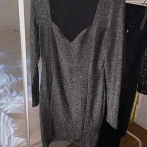 Glittrig klänning från Gina Tricot i storlek M 🖤