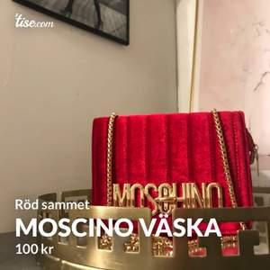 (Inte äkta) röd moschino väska i sammet, 100kr❤️