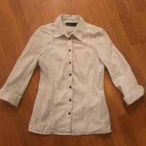 Randig vit figursydd vintage skjorta köpt secondhand. Storlek S/M.