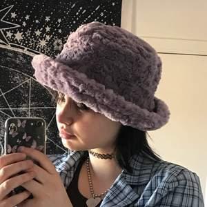 Fluffig buckethat, ordinarie pris 300kr💓 Frakt: 28kr