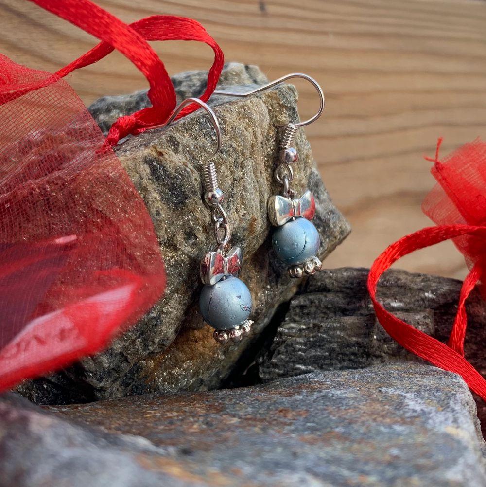 Jätte fina egengjorda örhängen (nickelfria) från mitt och några kompisars uf företag @frontida☀️. En del av vinsten går till välgörenhet!. Accessoarer.