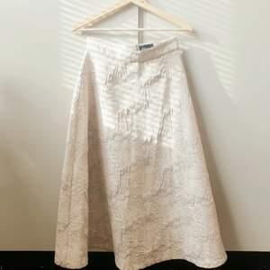 💕FÖRST TILL KVARN💕 En jättefin kjol som är A-linje skuren med fin detaljerat tyg. Krämvit i strl 34 men passar en liten 36. Dags att släppa den💔 Gulligt att ha till våren, en fest. Studenten skulle den nog också passa🌷Vill bli av med ASAP! Pris:120+ frakt🌸