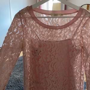 Superfin genomskinlig tröja med linne som ingår från Mq. I storlek XS men passar S också. I mycket bra skick. Tveka inte på att kontakta mig vid frågor eller om fler bilder önskas 💗💗💗
