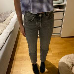 Ett par gråa raka jeans från & other stories. Storlek 27. De är använda men i bra skick. Säljer inte för mindre än 250 kr
