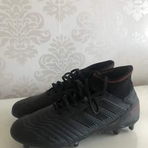 Säljer mina fotbollsskor jag använt en utesäsong, riktigt sköna och i fint skick! Köparen står för frakten, budet börjar på 400kr :)