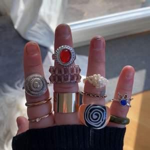 Skriv för intresse av någon av ringarna. Jag skriver pris för varje ring om du skriver privat. Alla ringar har olika värden! (Förlåt för groteska fingrar)✋🏽😭