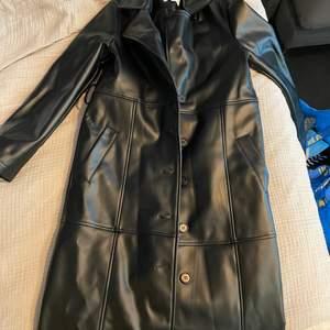 PU läderjacka från kollektionen mellan NA-KD och Hoss. Använd 1 gång. Köparen står för frakt 📦  Skick: 10/10