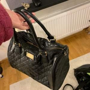 Fin svart väska, med följer även långt axelband