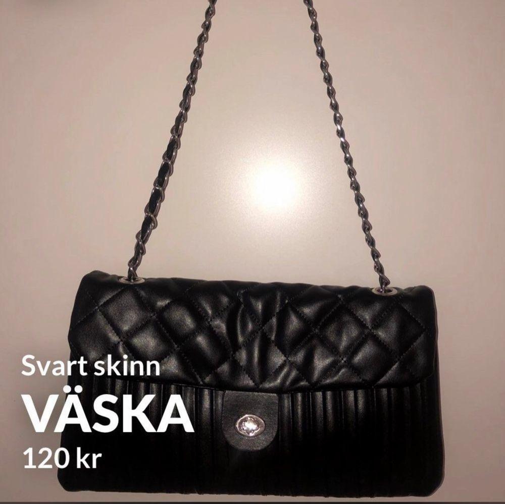 Väska som går att använda med kort eller lång kedja. Väskor.