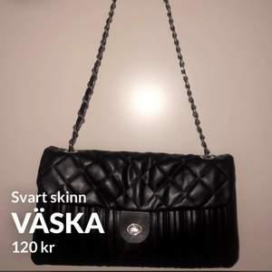 Väska som går att använda med kort eller lång kedja