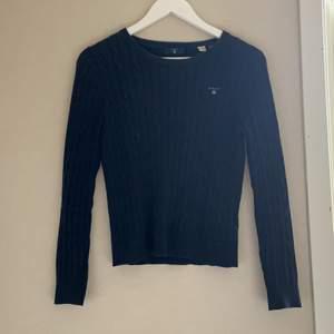 Säljer nu min kabelstickade marinblåa gant tröja i strl 158-164 men sitter som en xs💕 köparen står för frakt!
