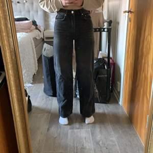 Super snygga vida urtvättade gråa jeans från gina i modellen Idun💕 jag är 172-173, köparen står för frakt!