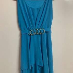 Blå klänning med fin detalj. Fraktas eller mötts upp i sthlm
