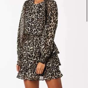 Säljer denna otroligt fina leopardklänning. Den är använd få gånger bland annat på ett bröllop. Den är i nyskick 🥰