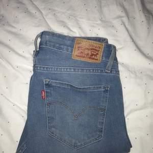 Jag säljer nu ett par Levi's jeans som är använda ett fåtal gånger. Modellen är 711 skinny i storlek 26. Köpte dom i början av 2020. Jag är en 38 i jeans och dessa passar mig perfekt. Pris kan diskuteras