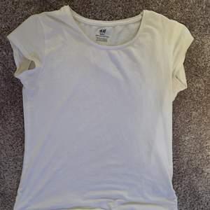 Basic vit t-shirt från H&M i strl 158/164. Kan köpas direkt för 35kr exkl frakt