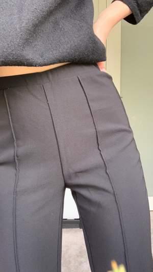 Säljer mina fina byxor i bra skick. Byxorna slutar på mig vid  anklarna och jag är 160 centimeter lång💕+ 66kr frakt tillkommer!