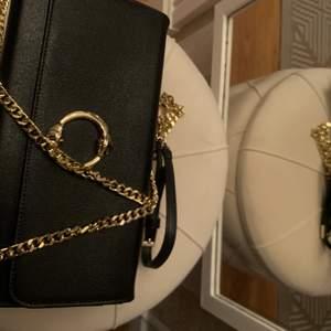 Äkta Cavalli Class väska, jätte fint, använd 2 gånger. Man kan använda som väska eller clutch