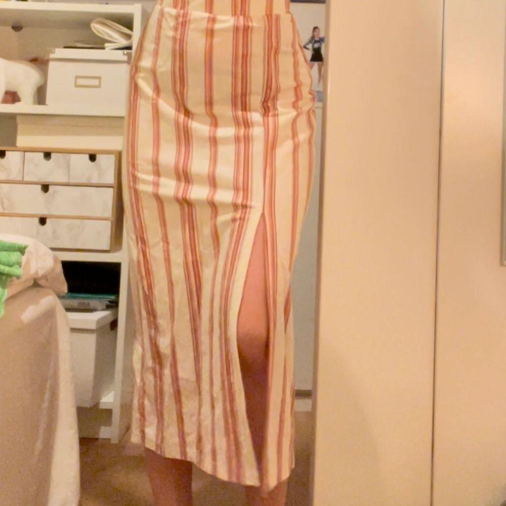 Supersnygg långkjol köpt förra sommaren. Kommer inte till användning:/💕 Kontakta mig vid intresse☺️💕. Kjolar.