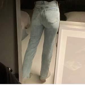 Säljer dessa snygga raka jeans från AVAVAV Firenze. Köpta för 2200 kr, mitt pris 500 kr. Storlek 25. Endast använda en gång. Då jag hade velat ha de längre i benen kmr de tyvärr inte till användning. Byxorna är ljusblå, svårt att se exakta färgen i ljuset på bilderna. Jag är 173 cm lång. Köparen står för frakten (66kr)