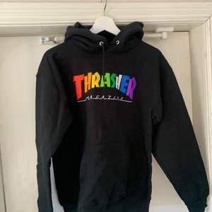En svart thrasher hoodie med rainbow tryck i storlek s. Använd ca 2-3 gånger & köpt för bara några veckor sedan. Säljes pga jag inte gillar hur den sitter på just mig. Superfin annars. Den är verkligen asfet.