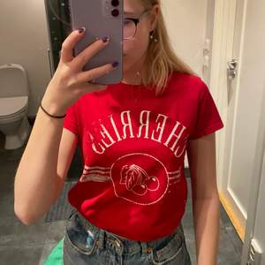 """En fin röd t-shirt med körsbärs tryck på framsidan. Mjuk och i bra skick, det """"slitna"""" i texten är en del av desingnen och ska vara så👍🏻 Frakt tillkommer och jag svarar på frågor🥰 Säljer pga att den är för liten"""