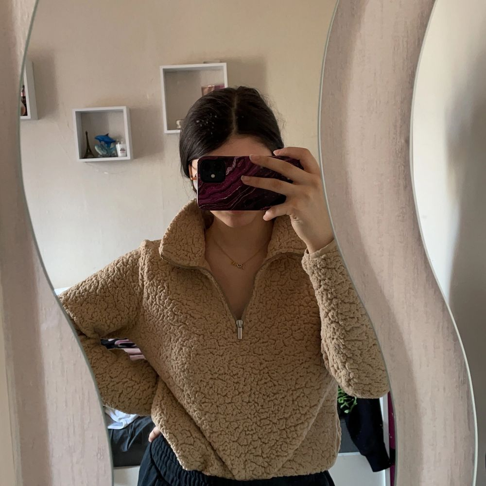 Beige fluffig super fin tröja. Perfekt till vinter, vår och höst då materialet är luftigt. Inte stickig, jätte skönt material. . Tröjor & Koftor.