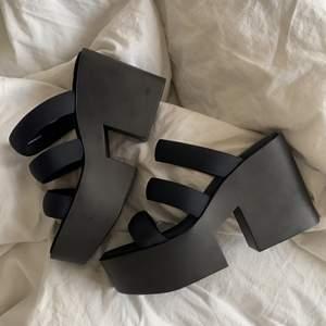 Jätte fina svarta platå sandaler!! Knappt använda, alltså väldigt fint skick!! Inga defekter!