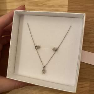 äkta silversmycken med små diamanter i. säljer då mitt ex gav mig detta 😁 så kan TYVÄRR it använda längre haha, annars jättefint verkligen så det e ju synd faktiskt :( använt i 2 månader och i nyskick. vet ej nypris tyvärr
