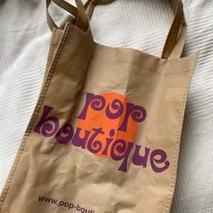 Cool tygpåse från pop boutique! Tryck på båda sidorna❣️