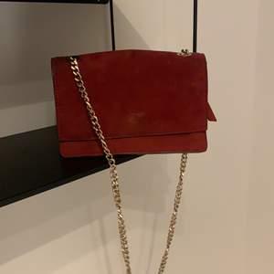 Super snygg röd mocka väska ifrån zara. Har en liten fläck på framsidan men syns inte så tydligt. Bandet är justerbart.