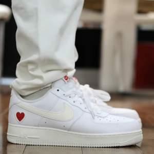 Säljer dessa snygga Air force 1 valentine. Dessa skor är helt nya och aldrig använda. Dessa är självklart äkta och kvitto finns. Storlek 44.  Säljer dessa snygga skor för endast 1300kr. Fraktas på köparens bekostnad eller meet up i Örebro/Lindesberg