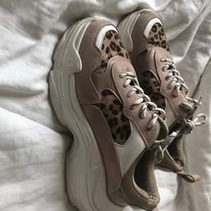 (130kr inkl frakt)Säljer mina skor ifrån nakd inte annvänd så mycket då dem  är lite för små. Är lite skrubbade där framme men inget som märks så mycket:)