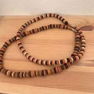 Säljer dessa snygga halsband med brunaktiga pärlor i olika nyanser. Supersnygga!🤩 Frakt tillkommer!