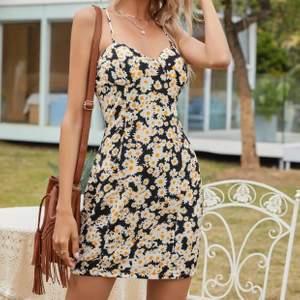 Säljer den här sjukt fina daisy klänningen från Shein för att jag ick dubbletter, så himla fint mönster också. Oanvänd såklart & shein påse medföljer. Gratis frakt 🤍