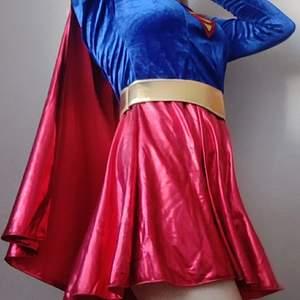 Superwoman maskeraddräkt, perfekt till halloween eller annan maskerad. Passar storlek M-L✨ Köparen står för frakt på 66kr.