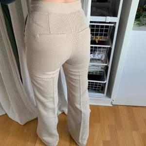 Säljer dessa helt slutsålda kostym byxor med manschet tyg från hm😍det är i fint skick och de få nopporna som man kan se på bilden kommer tas bort innan jag skickar dessa till köparen 🥰skriv för fler frågor/bilder privat ❤️vid fler intresserade startas en budgivning