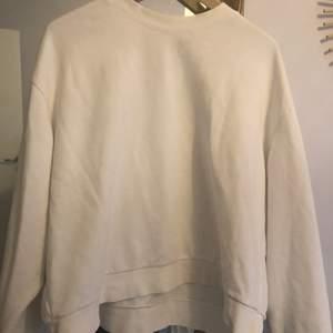 En vit vanlig sweatshirt från weekday. Super bra skick, knappt använd. Frakt tillkommer